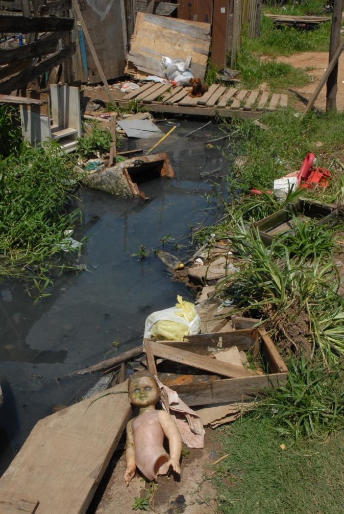 Muitos locais que poderiam ter coleta de esgoto, não têm por conta da resistência dos moradores