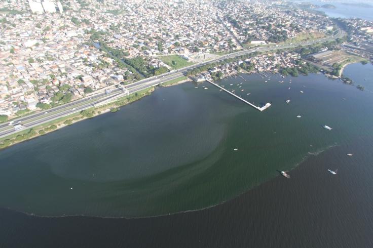 Mancha de esgoto no litoral de São Gonçalo, próximo à Rodovia Niterói-Manilha / Fonte: Redação SRZD